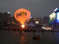 Ночное свечение воздушного шара Пилот на Майдане