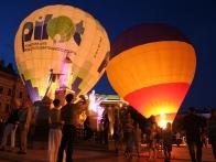 Ночное свечение воздушных шаров на Михайловской площади г.Киев