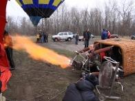 Пилот нагревает воздух в оболочке