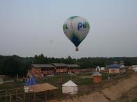 Воздушный шар Pilot летит на парком Киевская Русь