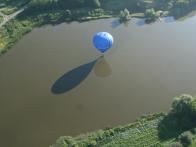 Воздушный шар над водоемом