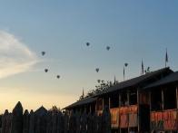 Воздушные шары пролетают над парком Киевская Русь