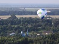 Воздушный шар Pilot над церквушкой в поселке Тростинка