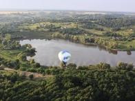 Воздушный шар над озером