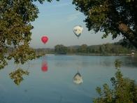Воздушные шары над гладью озера