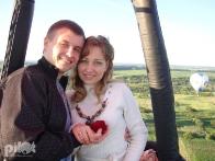 Рассвет, романтика, воздушный шар и сказочный пейзаж для предложения руки и сердца в небесах.
