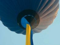 В честь дня независимости воздушный шар летел с огромным флагом Украины