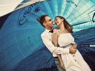 Счастливые молодожены перед полетом на воздушном шаре
