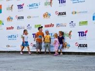 Ребятишки на сцене открытия фестиваля воздушных шаров