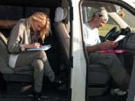 Ева Бушмина после полета заполняет анкету воздухоплавателя
