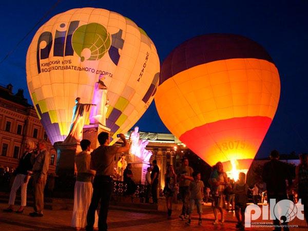 Ночное свечение воздушных шаров на Михайловской площади